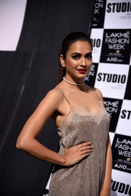 Kriti Kharbanda Showcasing Her Sexy Curves At The Lakme Fashion Week Summer/Resort 2017 - Day 4