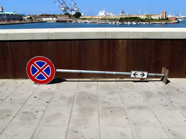 Tired traffic sign, scali Novi Lena, Livorno