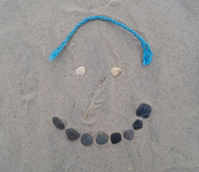 3 weitere Strandspiele, für die Ihr nichts als Eure Hände braucht - plus eine witzige Extra-Idee. Gesichter aus Strandgut, Treibholz und Muscheln zu legen, ist ein kreatives Spiel.