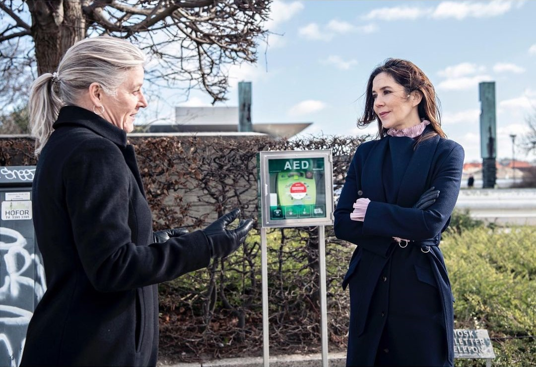 Today, the Crown Princess Mary met with the Heart Association's CEO Anne Kaltoft at Amaliehaven today to see the new defibrillator.