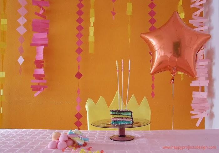 Fiesta de cumpleaños: guirnaldas y tarta multicolor