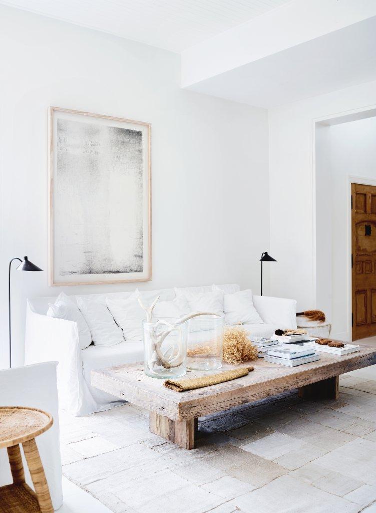 Un salón espectacular blanco y madera natural