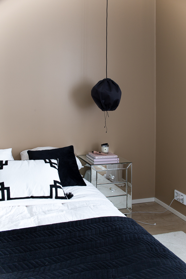 peilipintainen yöpöytä, makuuhuoneen sisustus