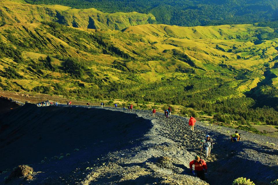 Ketinggian 3000 meter Plawangan Sembalun menuju puncak 3726 meter Gunung Rinjani