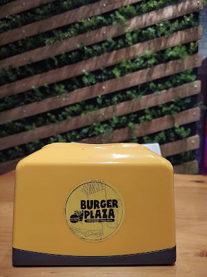 Probando la hamburguesa de Burger Plaza