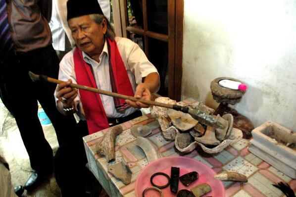 Ridwan Saidi saat meneliti situs Buni Kabupaten Bekasi