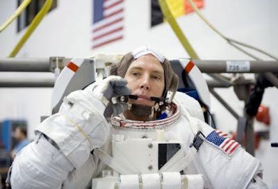 Kisah Astronot Takut Ketinggian yang Tinggal 402 Kilometer di atas Bumi