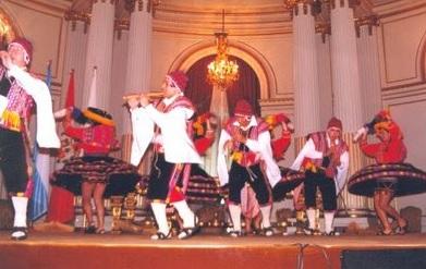 Foto de jóvenes bailando la danza Ccatca - Vestimenta