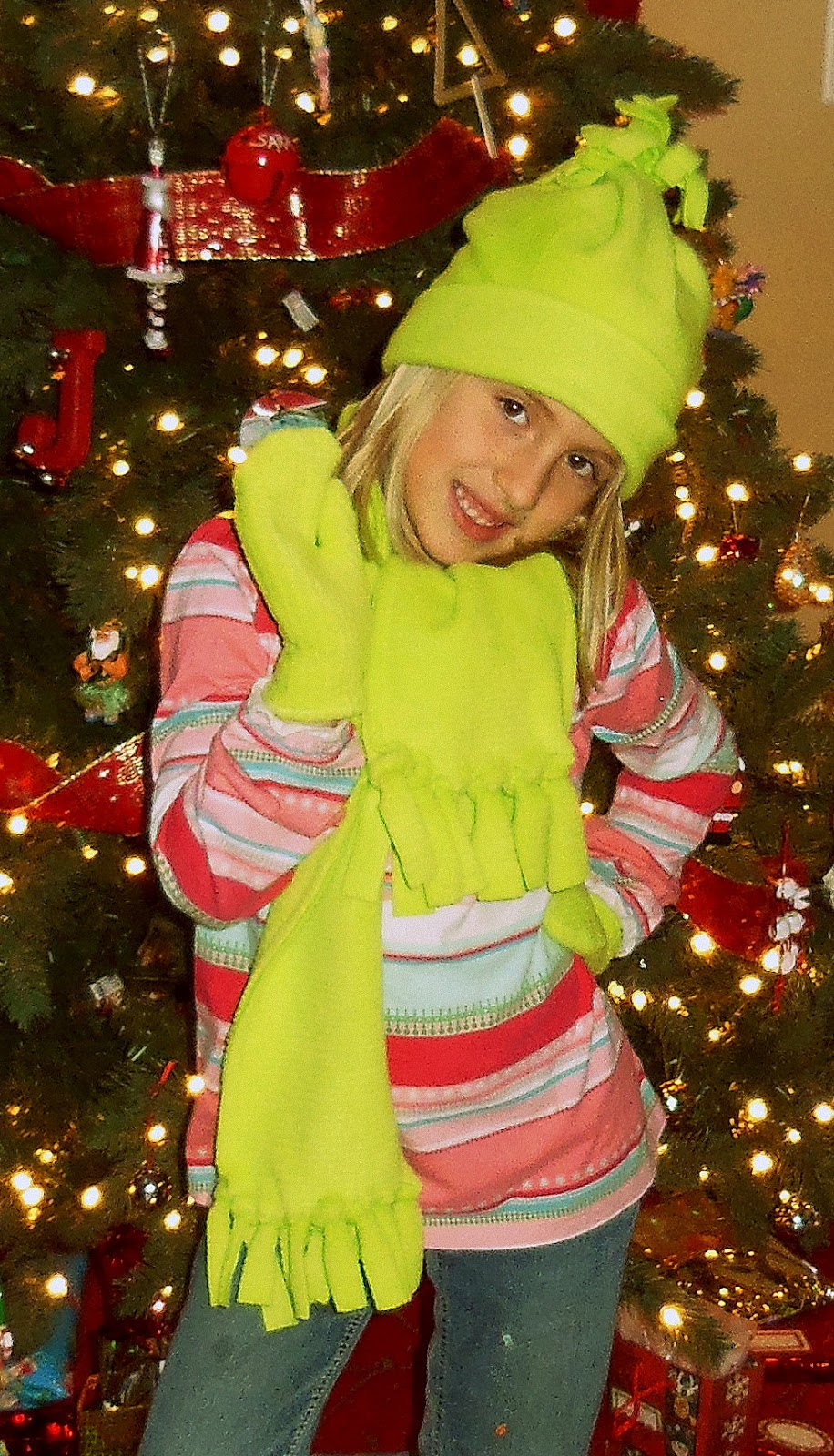 659605e49bfd98 Today I'm going to teach you how to make a super cute fleece set: no-sew hat,  easy-sew scarf, and easy-sew mittens. Perfect for these cold winter days.