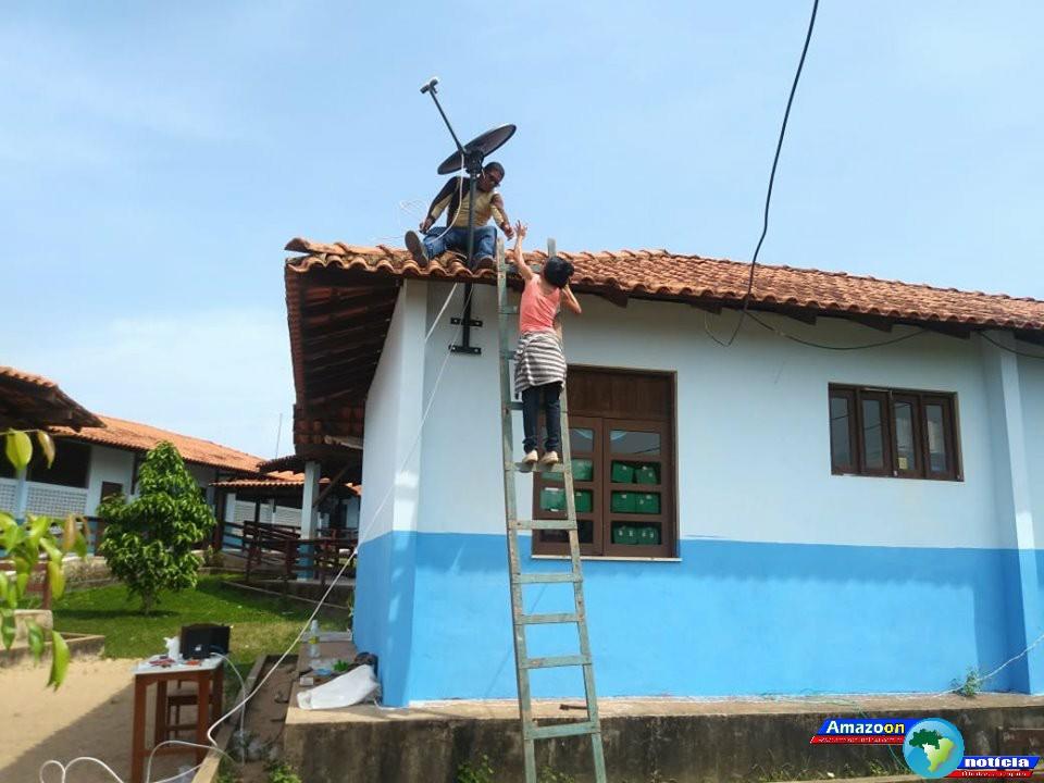 Escolas da rede pública em Óbidos recebem internet banda larga via satélite.
