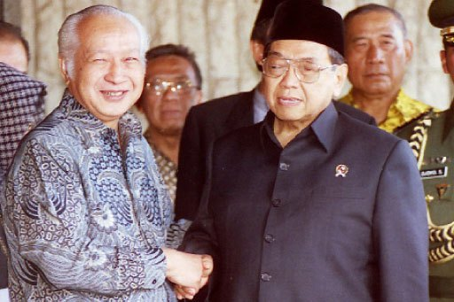 Lebaran Soeharto dan Gus Dur: Bermusuhan dalam Politik, Tapi Tetap Halal bi Halal