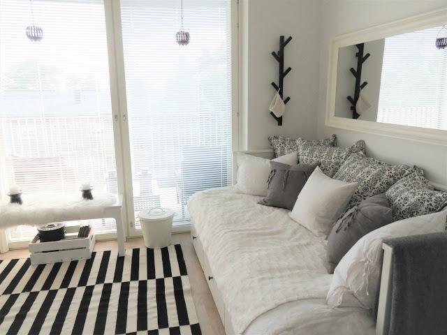 Sohvasänky alkovista katsottuna