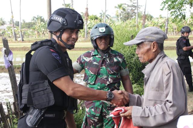 Bersama TNI, Yon C Pelopor Sat Brimob Polda Sulsel Sisir Warga Tak Kibarkan Merah Putih