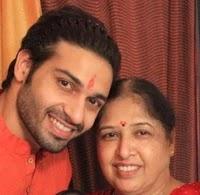 विजेंद्र कुमेरिया अपनी माँ के साथ | Vijayendra Kumeria with her mother