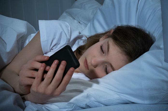 تعرف على المشاكل التي ستعاني منها بسبب إستخدام هاتفك قبل النوم  و ماهو الحل