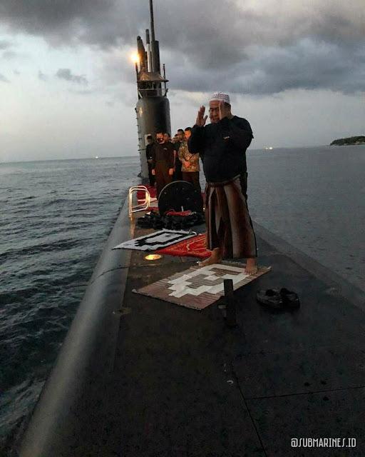 Shalat Berjamaah di Atas Kapal Selam, Prajurit TNI Ini Membuat Warganet Trenyuh