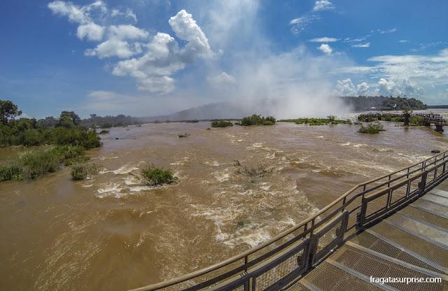 Passarela para a Garganta do Diabo do lado argentino das cataratas do Iguaçi