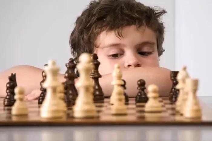 manfaat mengajarkan bermain catur pada anak