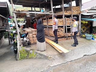 Kapolsek Anggeraja Sampaikan Himbauan Ke Penjual Kayu Yang Ada Di Wilayahnya