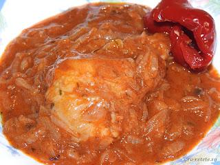 Tocanita de ceapa cu pui si gogosari reteta traditionala de casa dobrogeana retete culinare mancare taraneasca carne ceapa bulion tocana pulpe copane ceaun sos tomat,