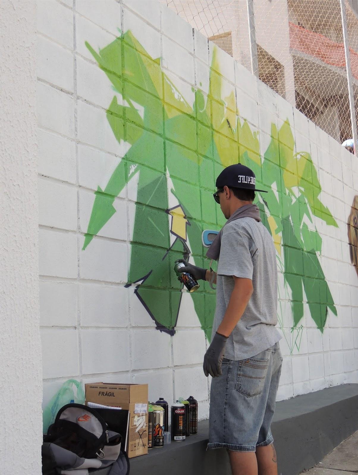 9f21679ac99 Olha esse artista...ele usa uma gravura como guia para fazer o desenho em  grafite