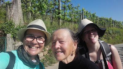 peregrinas de Santiago e senhora idosa