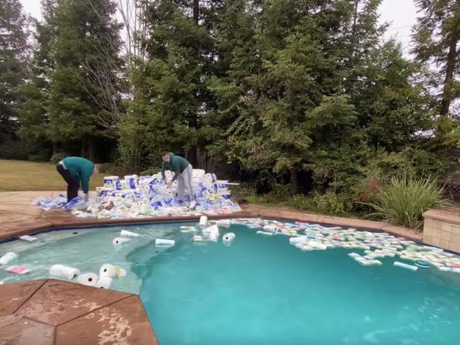 Hút cạn nước bể bơi bằng 100.000 cuộn giấy vệ sinh, YouTuber bị cộng đồng mạng ném đá.