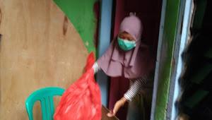 Pemberian Bantuan sembako dari Tiga Pilar Kelurahan Pekojan Buat Keluarga Eka Sauli (Positif PDP)