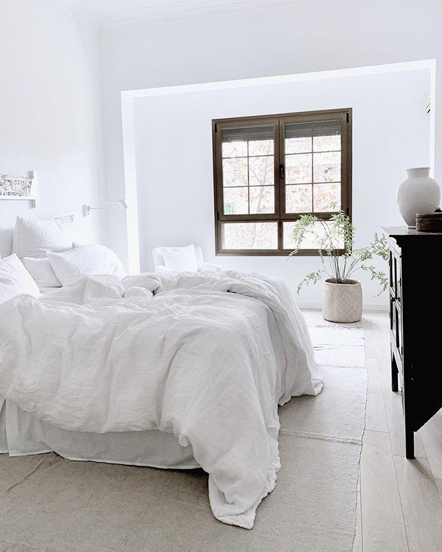 Habitación blanca estilo rustico escandinavo
