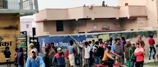 चम्पापुर में ग्रामीणों की भीड़