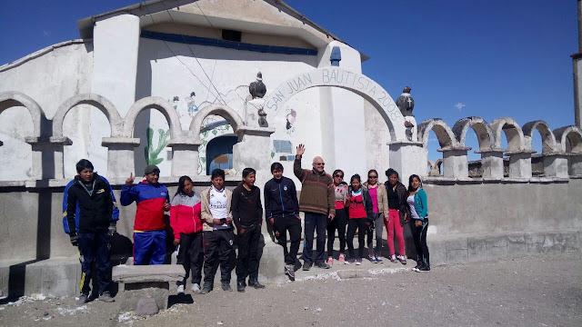 Mit den Patenkindern der Abiturs Klasse vor meiner ehemaligen Pfarrkirche von Tahua am Salar de Uyuni