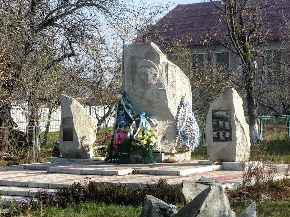 Тяпче. Пам'ятник Миколі Корпану