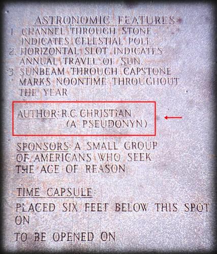 Ilustração de uma das Pedras Guias da Georgia, ou Georgia Guidestone, com inscrições falando sobre uma capsula do tempo enterrada seis pés abaixo da mesma e uma declaração de autoria referida à Christian Rosenkreutz, em referência à Ordem Rosa Cruz.