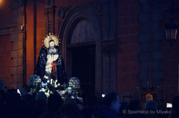 スペインの聖週間で教会前の幻想的な夜の聖母マリア像