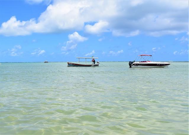 dois barcos pequenos a motor no meio do mar aberto