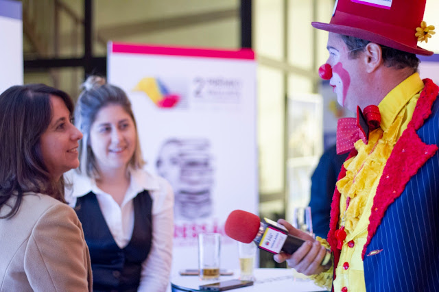 Atrações circenses personalizadas com a marca patrocinadora do evento.