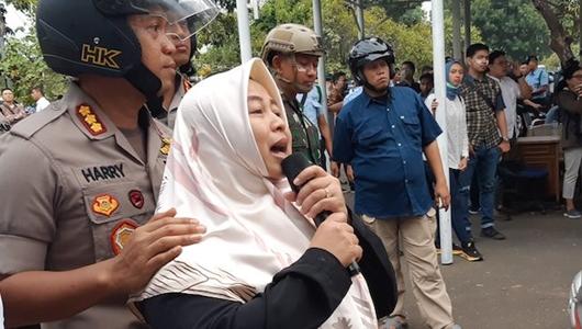 Sambil Nangis, PNS DPR: Tolong Hentikan Nak, Ayo Pulang Faiz Sayang