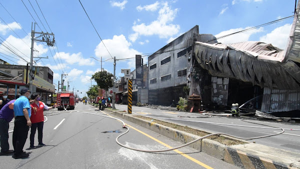 秀水彰鹿路家具行遭祝融吞噬 燒毀4連棟鐵皮屋無人員傷亡