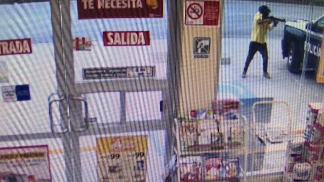 Sicario ejecuta cobardemente a un Policía cuando se encontraba a bordo de su patrulla, afuera de un Oxxo en Cancún; Quintana Roo