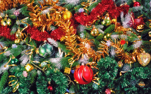 Achtergrond met kertstboom met gekleurde decoratie