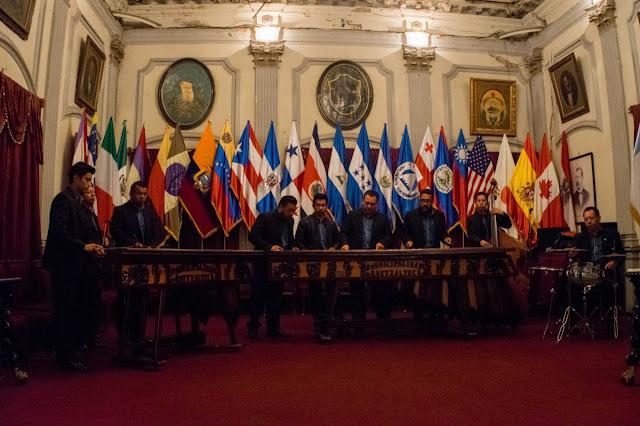 Conjunto de marimbas en el salón de la Municipalidad de Quetzaltenango