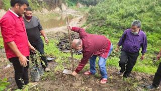 Jaga Keseimbangan Alam, Bupati Taput Serahkan Bibit Pohon Lengkeng dan Sirsak di Partali Toruan