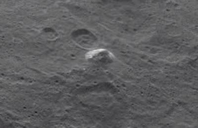 La montagna a forma di piramide di Cerere ripresa dalla sonda Dawn