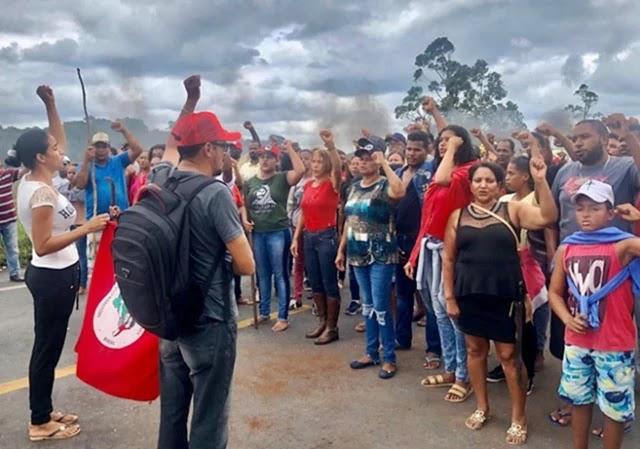 Um grupo do Movimento dos Trabalhadores Rurais Sem Terra (MST) bloqueou algumas estradas federais da Bahia desde esta terça-feira (26) em solidariedade às mais de 700 famílias despejadas em Juazeiro e Casa Nova (BA)