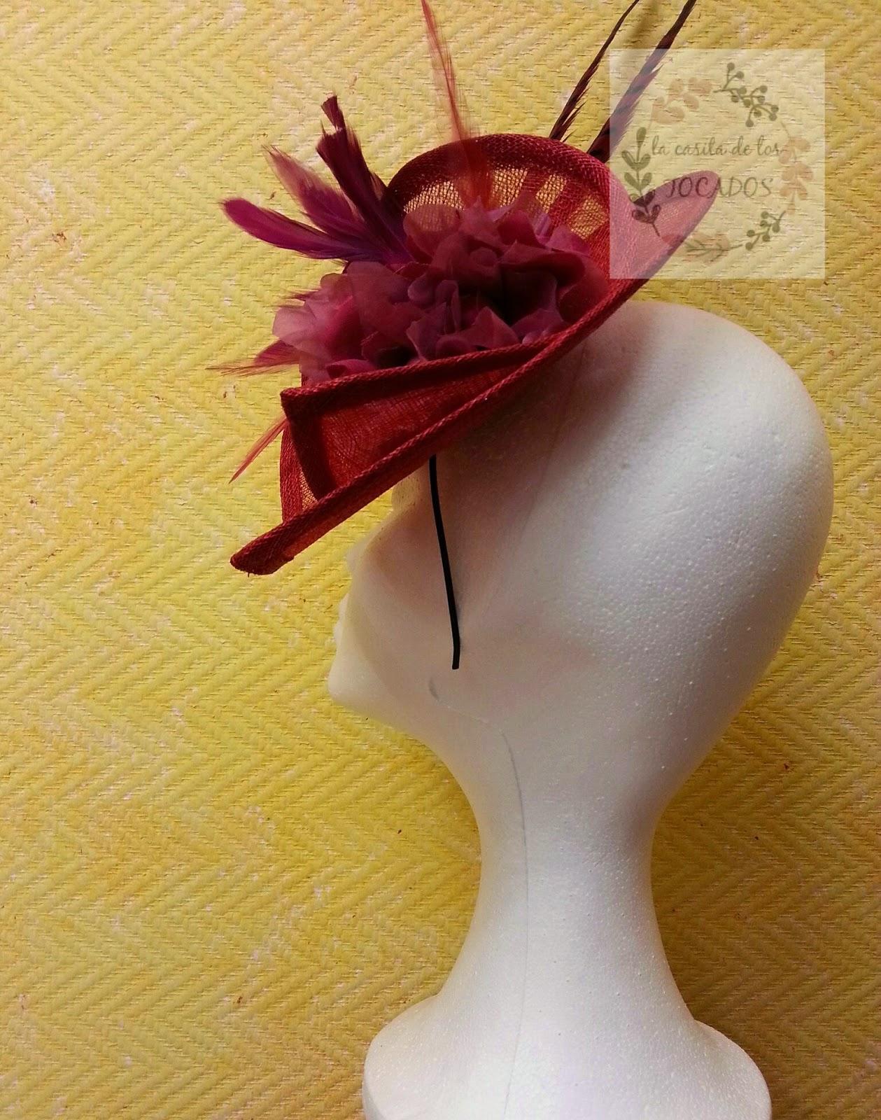 tocado para boda en colores rojo y buganvilla con sinamay, flor y plumas