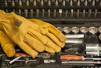 Hazet Knarrenkasten mit gelben Handschuhen.