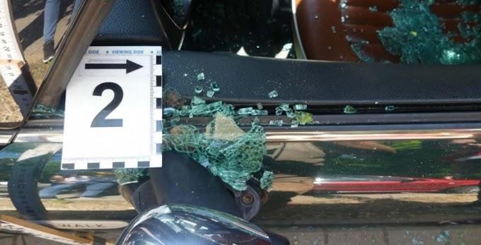 Dühöngés a parkolóban: két autó és egy robogó látta kárát