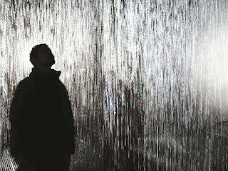 Hombre bajo la lluvia
