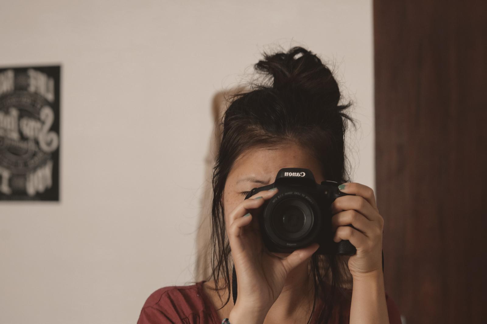 garota fotografando canon