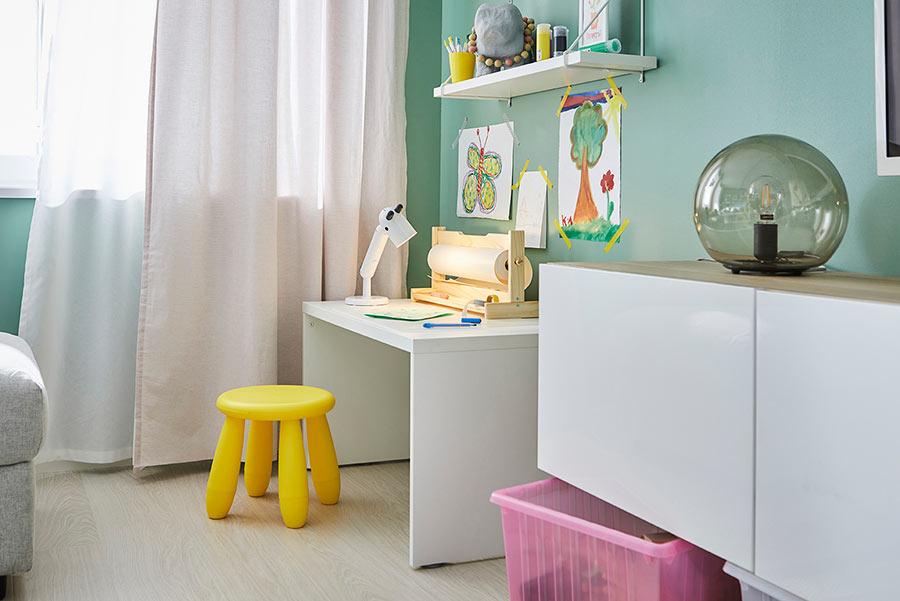 novedad catálogo ikea 2020 the lab home España salón verde con rincón para niños mesa blanca y taburete amarillo